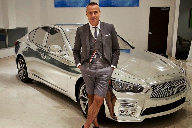 Estilistas apostam na moda do cromado e radicalizam visual do sedã de luxo Infiniti Q50