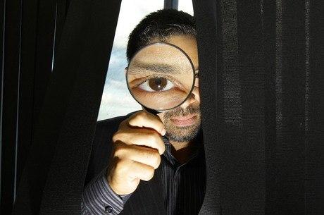 Lupa é um dos itens no imaginário das pessoas sobre os detetives