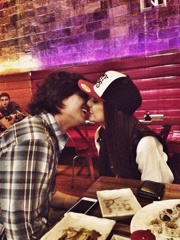 aad5f3240ea79 Blogueira, apontada como affair de Di Ferrero, está namorando primo ...