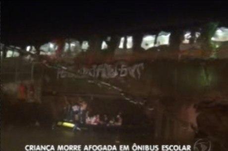 As crianças tiveram que ficar em cima do teto do ônibus enquanto aguardavam socorro dos bombeiros