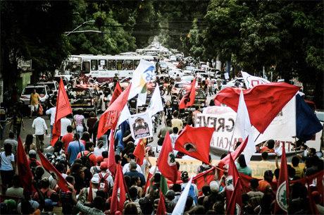 Integrantes do MST participaram de uma passeata contra o pré-sal