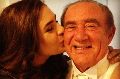 Lívia fez carinho no pai e se declarou nas redes sociais