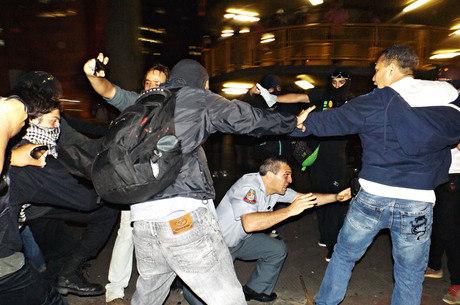 Coronel Reynaldo Simões Rossi é agredido por manifestantes