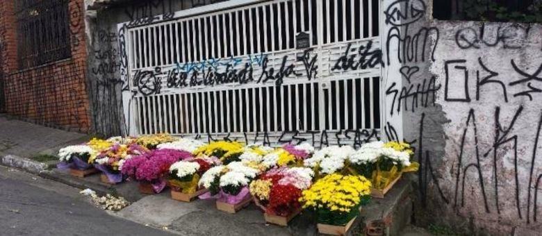 Muitas flores foram deixadas em frente à casa dos Pesseghini, palco de tragédia há três meses na zona norte de SP