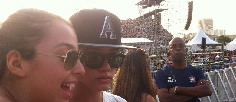 Enzo tirou muitas fotos com fãs que piraram em sua semelhança com Justin Bieber