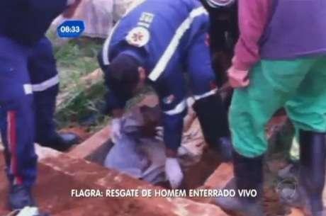 Ele foi resgatado ainda com vida, apesar de parecer bastante debilitado