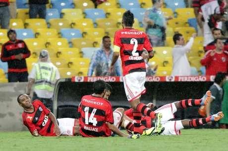 """Flamenguistas """"deitam e rolam"""" no gramado do Maracanã"""
