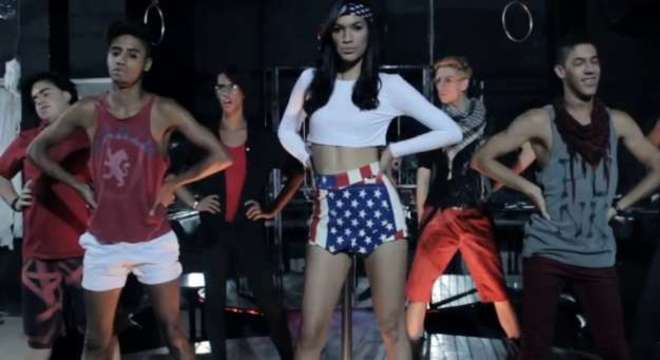 """MC Xuxú está bombando na internet com o sucesso """"Um Beijo""""; assista ao clipe abaixo"""
