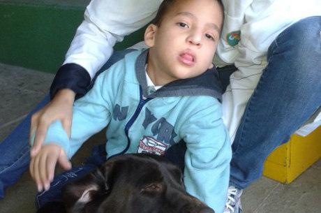 Rawdson, de cinco anos, perdeu o medo e fez carinho em Jade