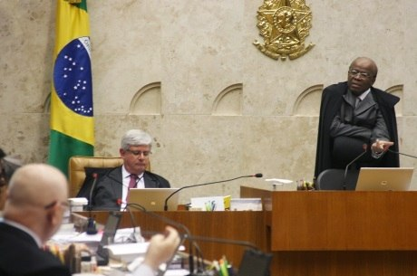Presidente do STF, Barbosa trabalha para finalizar parte do processo