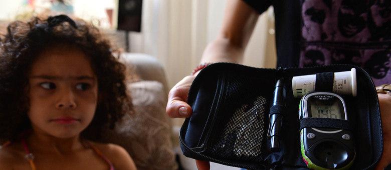 Iris Costa Silva, de apenas três anos, é portadora do diabetes tipo 1 desde o primeiro ano de vida