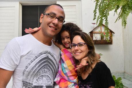 Pais da pequena Iris aprenderam a lidar com o diabetes da filha