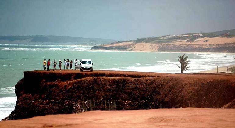 Turistas se aglomeram em praia da Pipa (RN) e casos de covid-19 aumentam