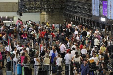 Saguão do Aeroporto Internacional de São Paulo ficou cheio