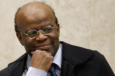 Presidente do STF, Barbosa trabalhou no feriado por prisões