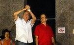 José Dirceu gesticula ao chegar à sede da Polícia Federal