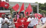 Militantes do PT protestam com faixas e bandeiras em frente a sede da Superintendência da Polícia Federal em Brasília