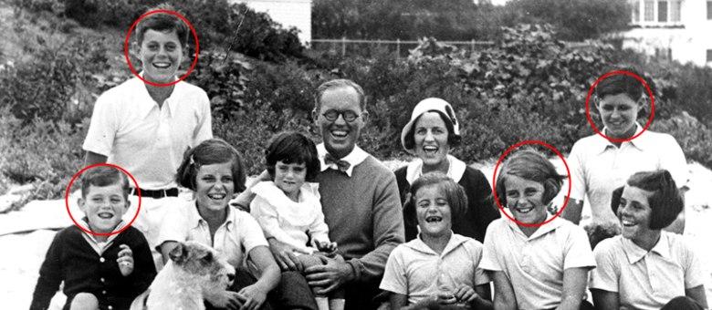Foto de 1931 mostra a família Kennedy reunida. No destaque, os quatros membros que tiveram morte trágica: Bobby, JFK, Kathleen e Joseph Jr.