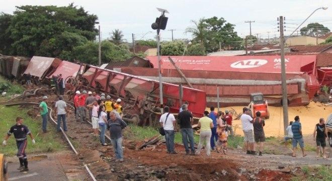 Nove vagões da composição saíram dos trilhos e destruíram duas casas