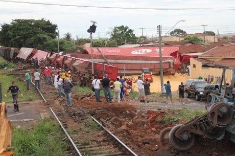 Nove vagões tombaram e atingiram casas em São José do Rio Preto