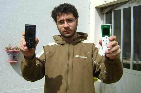 Samuel exibe os dois aparelhos que utiliza em suas medições