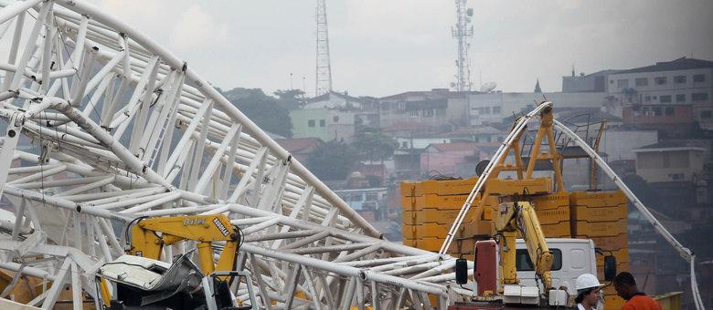 """""""É um guindaste para 1.500 toneladas e não percebemos nenhuma falha no chão. Por isso, conversando com alguns engenheiros, parece que foi erro de procedimento"""", diz coordenador da Defesa Civil"""