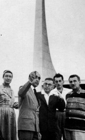 James Amado (segundo da dir. p/ esq.), ao lado de Jorge (primeiro à direita), acompanha Sartre, Niemeyer e  Beauvoir em Brasília