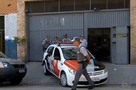 PMs em frente à sede da empresa de segurança Capital, no Cambuci, após roubo de 510 armas, em setembro