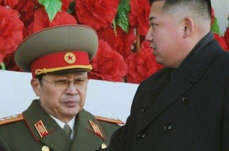 Chang Song-thaek (esq) era tio do atual líder norte-coreano, Kim Jong-un (dir)