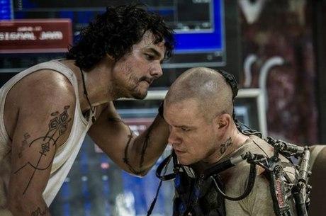 """Wagner Moura com Matt Damon em cena de """"Elysium"""""""