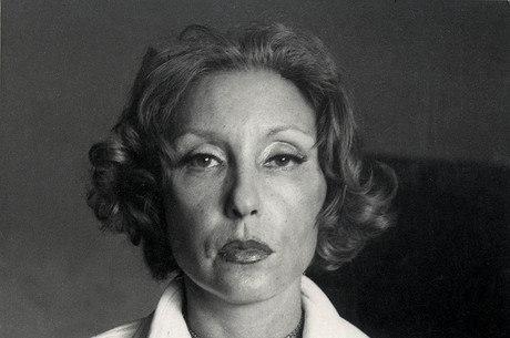 A escritora Clarice Lispector posa para foto em 1974