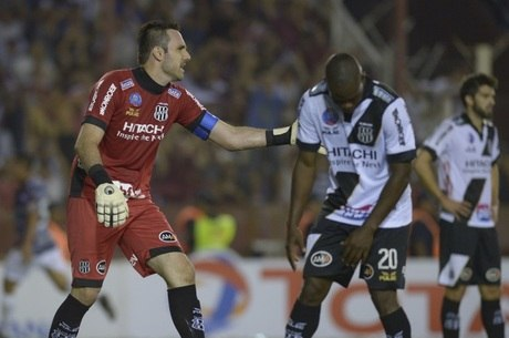 Roberto tenta motivar o volante Magal após o gol do Lanús