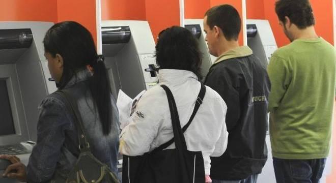 Entre os serviços básicos que os bancos devem oferecer no pacote gratuito estão quatro saques por mês