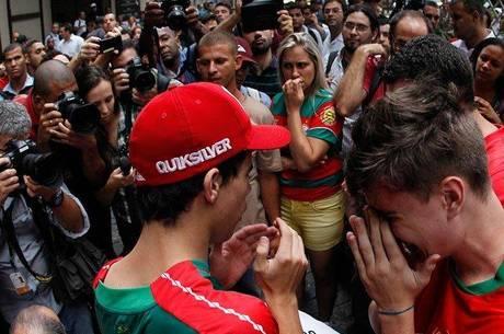 Torcedores da Portuguesa lamentam decisão do STJD que rebaixou o clube para a Série B do Campeonato Brasileiro