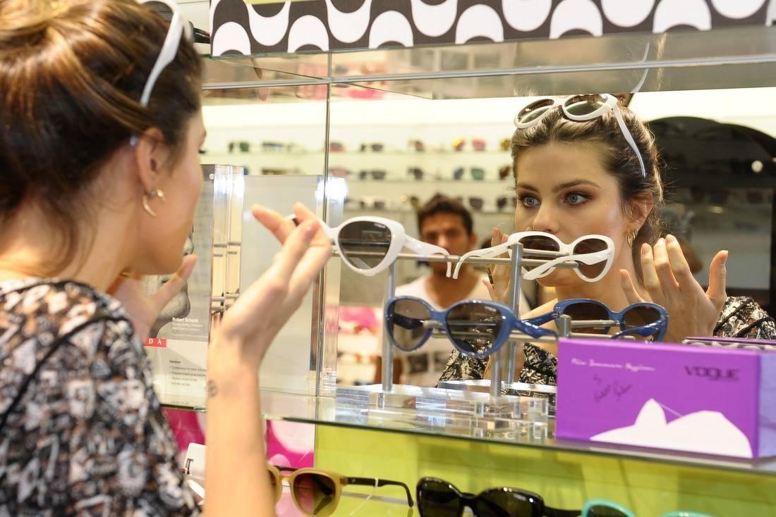 fc504ac1862f2 Sem Di Ferrero, Isabeli Fontana lança óculos escuros - Fotos - R7 TV e  Entretenimento