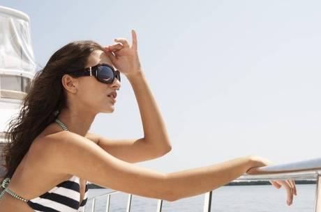A utilização de óculos escuros é fundamental para proteger os olhos da luz solar intensa