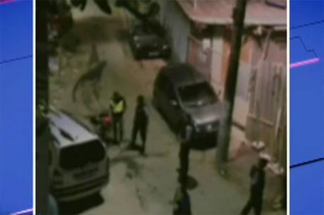 Um PM foi flagrado agredindo um mototaxista no morro da Babilônia