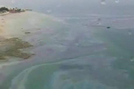 Mancha de óleo apareceu após incêndio com um navio ancorado no Porto de Aratu