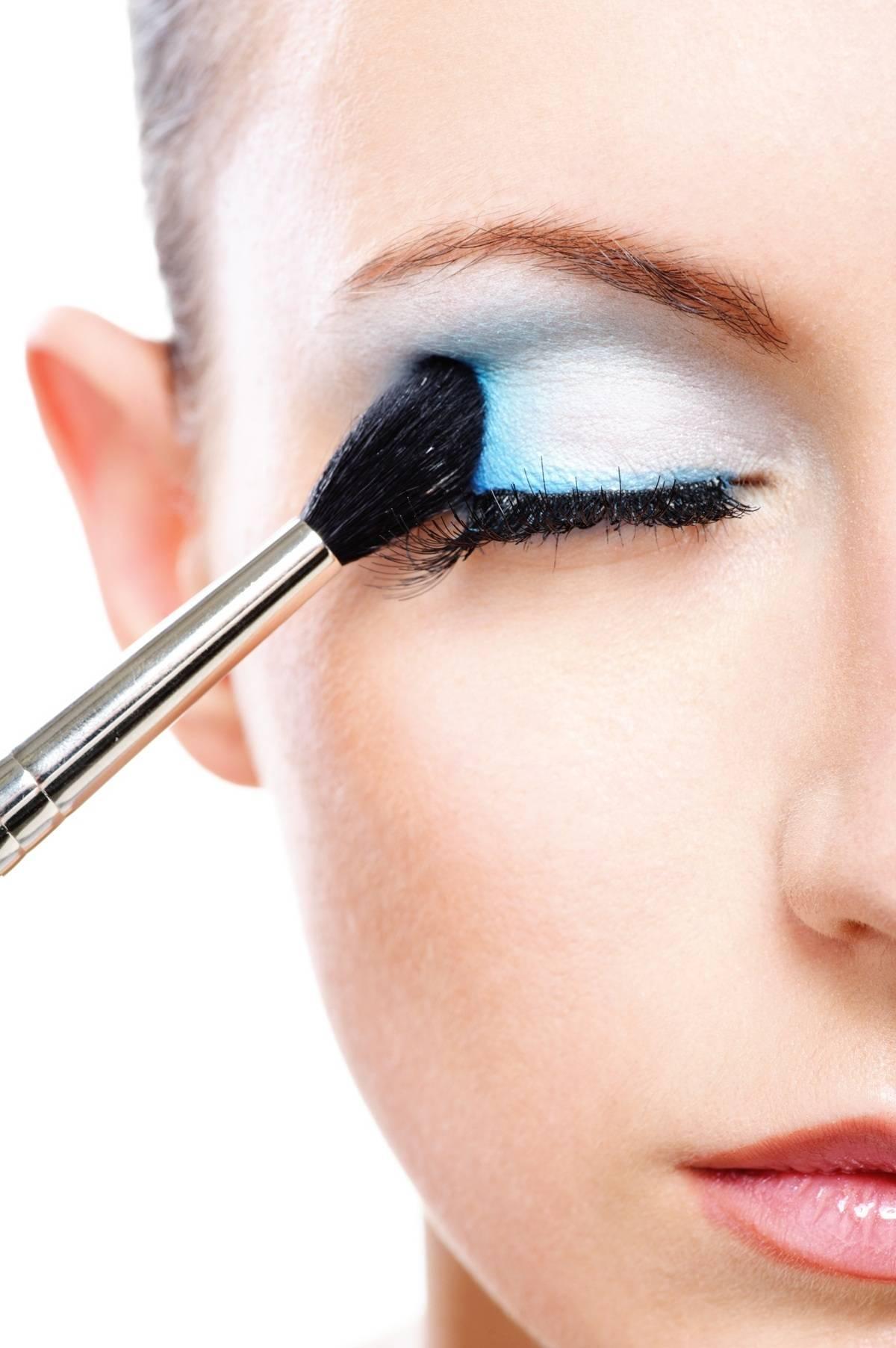 9ac252781 ... lentes de contato,; Dê preferência a maquiagens que não sejam à prova  d'água, pois maquiagens muito ...
