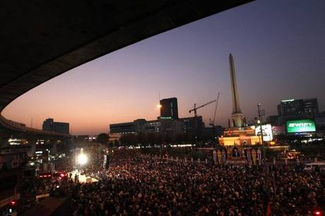 População se reúne no Victoria Monument, em Bangcoc