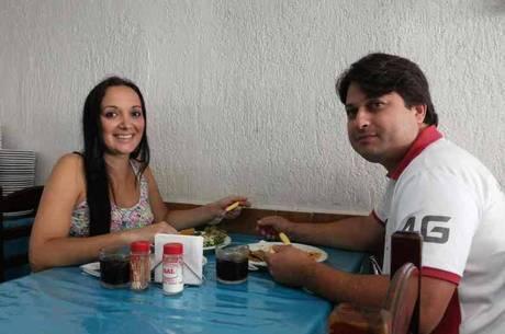 Fernanda tem vale-refeição de R$ 14 e Márcio, de R$ 20. Quem paga a conta é o marido