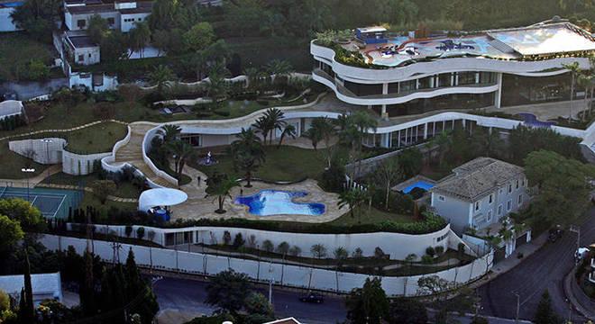 Projetado pelo arquiteto Rui Ohtake, imóvel tem 34 banheiros