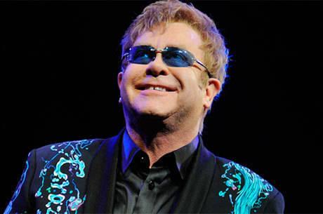 Elton John pede ajuda da sociedade para combater a Aids