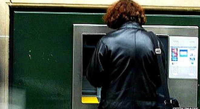 Pen drives infectados instalavam malware em caixas eletrônicos em banco europeu