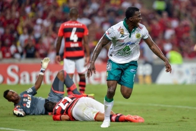 2014 - Mais uma participação na Libertadores interrompida de forma precoce, novamente na fase de grupos. Dessa vez, o Flamengo chegou à última rodada precisando vencer o León no Maracanã, mas foi derrotado por 3 a 2 e deu adeus à competição.
