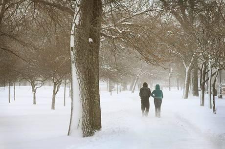 Pessoas caminham em calçada do parque Humboldt, em Chicago
