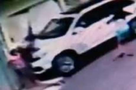Criança ficou prensada em portão após atropelamento em calçada