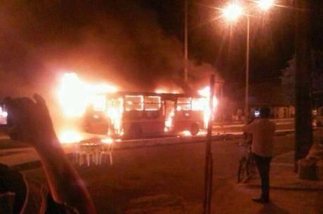 Quatro ônibus foram queimados e uma delegacia foi atacada por criminosos na noite de sexta-feira (3)