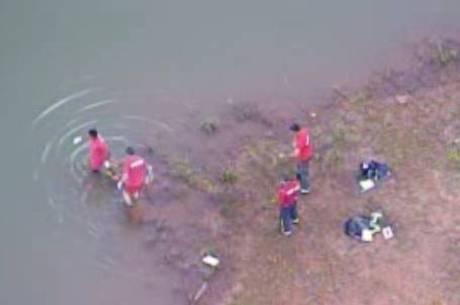 Bombeiros entram no lago para retirar o corpo da vítima