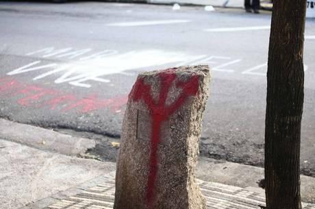 Vândalos picharam um tridente e ainda deixaram uma frase na rua